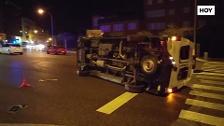 Vuelca una ambulancia en el cruce de la autopista con la calle Corte de Pelas en Badajoz